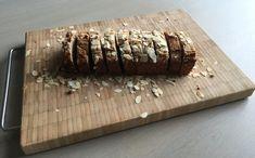 Een lekker koolhydraatarm broodrecept, bananenbrood! Dit is een leuk en makkelijk te maken recept. Je kunt een sneetje bananenbrood eten als ontbijt, snack of nagerecht bij een kopje koffie of thee! Je kan het bananenbrood 2 tot 3 dagen in de koelkast bewaren! Best Low Carb Bread, Lowest Carb Bread Recipe, Low Carb Keto, Low Carb Recipes, Fodmap Breakfast, Breakfast Dessert, Savory Snacks, Keto Snacks, Healthy Cake