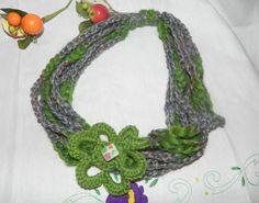 Collana realizzata ad uncinetto in pura lana con fiore toni del verde e grigio