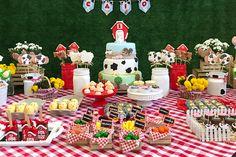 Festa infantil decorada com itens personalizados e biscoitos decorados da Biscoitaria & Cia da Anália que lembram uma fazendinha