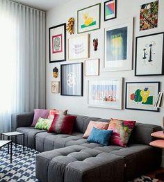 Sofá cinza + parede de quadros