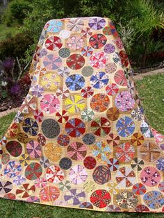 Is this quilt not stunning? It's a pattern and BOM called Pies and Tarts from Patchwork with Busy Fingers . Hexagon Quilt, Hexagons, Country Quilts, Block Of The Month, English Paper Piecing, Quilt Kits, Applique Quilts, Quilting Projects, Quilting Tutorials