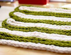 diy project: chunky finger-knit pillow – The Best Ideas Finger Crochet, Cute Crochet, Crotchet, Arm Knitting, Knitting Patterns, Finger Knitting Projects, Crochet Needles, Diy Crafts Hacks, Knit Pillow