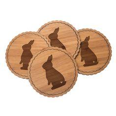 4er Set Untersetzer Rundwelle Kaninchen Hase aus Bambus  Natur - Das Original von Mr. & Mrs. Panda.  Diese runden Untersetzer als 4er Set mit einer wunderschönen Wellenform sind ein besonderes Highlight auf jedem Esstisch. Jeder Gläser Untersetzer wurde mit viel Liebe handgefertigt und alle unsere Motive sind mit besonders viel Hingabe von unserer Designerin gestaltet worden. Im Set sind jeweils 4 Untersetzer enthalten.    Über unser Motiv Kaninchen Hase  Die Nagetiere sind bei Kindern wegen…