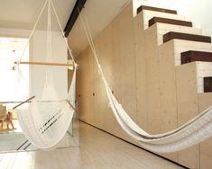 Следва японския принцип на простота, разкрасявана от естествените недостатъци на материалите - дървените трупчета в този случай.