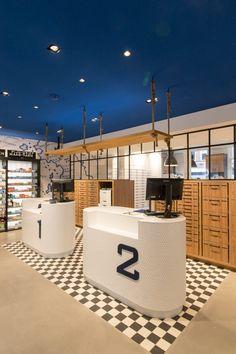 Technoplanning interieurbouwers - Apotheek Prins Hendrik Cashier Counter Design, Girls Work, Reception Counter Design, Repair Clinic, Banks Office, Espace Design, Retail Store Design, Retail Interior, Shops
