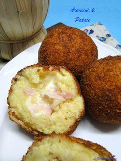 Gli arancini di patate sono una versione dei classici arancini Siciliani. Un croccante esterno con un ripien a base di patete, formaggio filante e prosciutto.