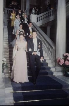 La principessa Anna d'Orléans, figlia del conte e della contessa di Parigi, con Carlos di Borbone-Sicilia, cugino di Juan Carlos. In occasione di queste nozze i due si rivedono e si innamorano, si sposeranno sei anni più tardi nonostante il parere contrario del padre di lei. Sono la coppia che il giorno del matrimonio del principe delle Asturie ha aperto il corteo dei parenti reali