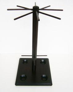 Dřevěný stojan na šperky a na prstýnky Dřevěný stojan na šperky je vyrobený ze středně tvrdé dřevovláknité desky (základna) a smrkového dřeva a bukových kulatin (vršek stojanu s ramínky). Na čtvercové základně jsou vyvrtány čtyři mističky, které jsou po okrajích ofrézované. Do mističek je možno odkládat náušnice, prstýnky či zarážky k náušnicím. Stojan ...