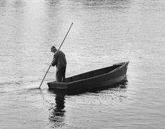 O barqueiro debruçou-se sobre o pedagogo e perguntou-lhe:  - Nunca aprendeste a nadar?  - Não!  - Nesse caso perdeste a tua vida toda, pois o barco está a afundar-se!    Moral da História Podes ter muitas competências, mas o facto é que tens que ter aquelas que se adequam à tua realidade. http://www.oliviercorreia.com/blog/o-barqueiro-e-o-pedagogo