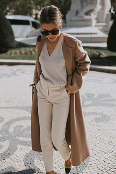 Chic Neutral Outfits That Definitely Aren't Boring Chic Neutral Outfit. Camel coat over all beige lookChic Neutral Outfit. Camel coat over all beige look Fashion Mode, Look Fashion, Autumn Fashion, Fashion Spring, Chic Womens Fashion, Chic Fashion Style, Artist Style Fashion, Women Fashion Casual, Fashion Styles