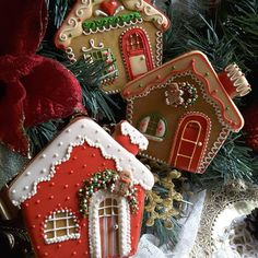 Spicy Sweet houses decked out for Christmas. Cookies by Teri Pringle Wood (christmas sweets recipes sugar) Christmas Sugar Cookies, Christmas Sweets, Noel Christmas, Holiday Cookies, Christmas Baking, Christmas Ornaments, Italian Christmas, Christmas Cakes, Christmas Recipes