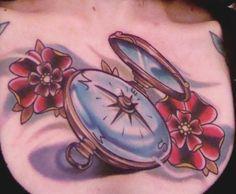 Foto tatuaggio bussola con fiori