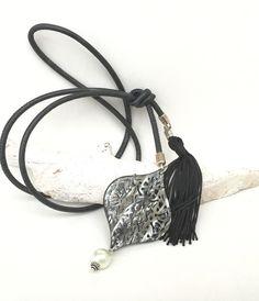 Ketten lang - Lederkette schwarz Ornament Quaste - ein Designerstück von moanda bei DaWanda