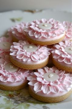 Not cakes, but beautiful Cookies! The decoration on these would be great on mini cakes or cupcakes! Cookies Cupcake, Galletas Cookies, Fancy Cookies, Iced Cookies, Cute Cookies, Royal Icing Cookies, Sugar Cookies, Cookies Et Biscuits, Button Cookies