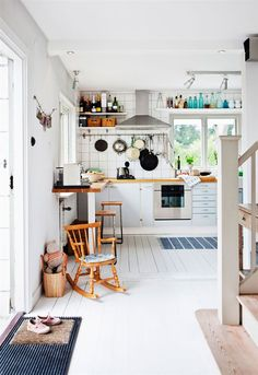 Grønne fronter, en rustik disk, brændeovn, sorte vægge eller en gyngestol i hjørnet – se 10 køkkener, der alle har noget særligt over sig, og få ideer til dit eget køkken…