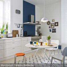 """Die moderne Wohnküche ist optimal zum Sitzenbleiben: Am Klapptisch """"Flower"""" kann das Sonntagsfrühstück schon mal bis zur Tea Time ausgedehnt werden. Die…"""