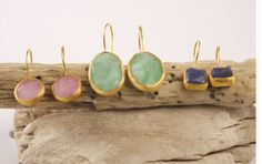 HAPPY STONE EARING SIMPLE. Happy Stone artisan earrings in gold plated with natural stones. Unique jewels with natural semiprecious stones insipired in the beauty and magic of nature. Ideal for yoga practitioners and lovers of gem therapy. #piabarcelona #happystones #nature