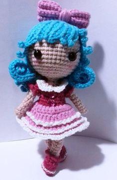 Amigurumi bambola dai capelli blu