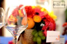 """Kolorowe dekoracje stołu weselnego w całości wykonane przez Agencję Ślubną Sroczyńskich """"Ślub Ręcznie Robiony"""". Bukiety w złotych wazonach: czerwone, żółte, pomarańczowe, fioletowe, różowe z owocami (winogrona, mandarynki, śliwki etc)..."""