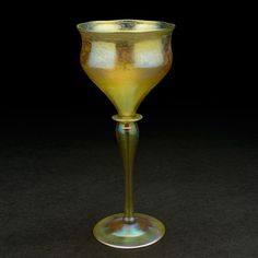 """Caliz Tiffany Studios. De """"Favrile Glass"""" un tipo de cristal ideado por Louis Comfort Tiffany, patentado en 1894.  Esta pieza es dorado con toques purpura, rosa y azul. Tiene la inscripción L.C.T. 05999 y mide 21,59 cm de alto. Se subasto en Michaan´s Auctions (Alameda, a unos 25 Km de San Francisco, California el 18/5/13. La puja se estimo entre los 1.000 y los 1,200$"""