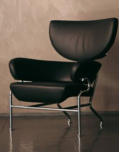 The Cassina Tre Pezzi lounge chair was designed in 1959 by Franco Albini in collaboration with Franca Helg.