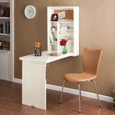 table murale rabattable en blanc, étagères assorties et chaise en cuir marron clair