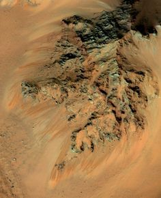 Seasonal flows spotted by HiRISE on northwestern slopes in Hale Crater. (NASA/JPL/University of Arizona). As the midsummer Sun beats down on the southern mountains of Mars, bringing daytime temperatures soaring up to a balmy 25ºC (77ºF), some of their slopes become darkened with long, rusty stains that may be the result of water seeping out from just below the surface. Small Planet, Red Planet, Sistema Solar, Mars Pictures, Below The Surface, University Of Arizona, The Martian, Solar System, Cosmos