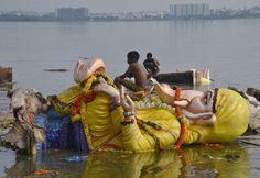 fot. Krishnendu Halder źródło: Reuters   Chłopiec siedzi na figurze boga Ganesy w mieście Hajdarabad w południowych Indiach. W czwartek rozpoczęło się dziesięciodniowe święto ku czci tego bóstwa. Roztańczone i rozśpiewane procesje będą codziennie znosić figurki Ganesy do rzek i mórz.