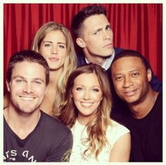 Who's waiting saison 2? Stephen Amell : Oliver Queen / Green Arrow Katie Cassidy : Dinah Laurel Lance Colin Donnell : Tommy Merlyn  David Ramsey : John Diggle Willa Holland : Thea Dearden Queen Colton Haynes : Roy Harper / Red Arrow  Emily Bett Rickards : Felicity Smoak