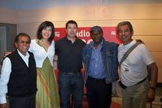 Periodistas de Rtv Española, Alfredo Robles y cantante de Camerún.