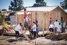 Jovens constroem um casa para família que perdeu tudo em incêndio