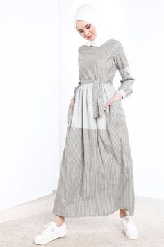 Refka Yeşil Çizgili Elbise The clothing culture is quite old. Muslim Fashion, Modest Fashion, Hijab Fashion, Fashion Outfits, Moslem, Kente Dress, Modele Hijab, Mode Abaya, Muslim Dress