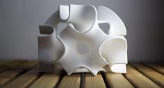 """Imprimer du sucre en n'importe quelle forme en 3D; c'est possible avec 3Dsystems et """"The Sugar Lab"""".    """"Dégustez des sucres colorés aussi originaux que délicieux grâce à l'impression 3D. Fans de technologie, gourmands et amateurs de design, vous allez adorer ces petits sucres imprimés en 3D aux formes géométriques très originales ! En plus d'être jolis, ils sont parfaitement comestibles et raviront vos desserts. Prêt pour la dégustation?"""" (DGS)"""