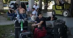 Despedida del segundo grupo de cubanos en el aeropuerto de Liberia Costa Rica