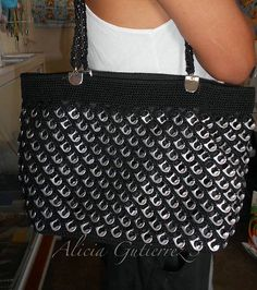 Mis labores en Crochet: Bolsa de fichas/lacres en color negro. Pop Tab Purse, Pop Can Crafts, Sacs Tote Bags, Pop Can Tabs, Aluminum Can Crafts, Soda Tabs, Pop Cans, Diy Handbag, Art N Craft