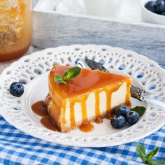 We found the tastiest way to improve on the classic cheesecake - caramel dulce de leche cheesecake! This dessert is a knockout, so why not try it out? Cheesecake Caramel, Cheesecake Desserts, Frozen Desserts, No Bake Desserts, Just Desserts, Delicious Desserts, Dessert Recipes, Yummy Food, Classic Cheesecake