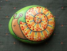 Snail painted stone - Kedibu Murales y Objetos Decorativos: Piedras pintadas: serpiente enroscada y caracol