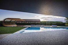 Localizado entre o mar e as colinas no norte da Itália, o premiado Le Monde Adega foi projetado para criar um espaço em que brinca com o equilíbrio entre o espaço privado e publico. O vinhedo pode ser encontrado nos limites do jardim.