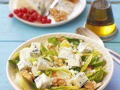 Spinat-Birnen-Salat mit Blauschimmelkäse und Walnüssen - smarter - Zeit: 30 Min. | eatsmarter.de Eat Smarter, Cobb Salad, Feta, Potato Salad, Dairy, Potatoes, Cheese, Ethnic Recipes, Leafy Salad