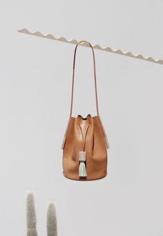 building--block.com Smooth camel leather, Leather shoulder strap, Beechwood and leather tasse