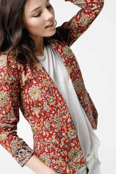 Open-front printed blazer- want want want ! I have the perfect pants and boots for this blazer:) Fashion Mode, Office Fashion, Look Fashion, Indian Fashion, Tie Dye Outfits, Khadi, Bright Jacket, Kalamkari Designs, Kalamkari Dresses