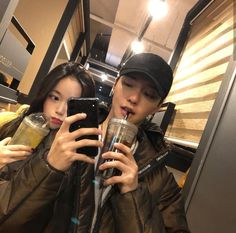 Uploaded by ❪ ♯ ♡春虹。❫. Find images and videos about fashion, couple and korean on We Heart It - the app to get lost in what you love. Couple Ulzzang, Ulzzang Girl, Cute Couples Goals, Couples In Love, Siblings Goals, Foto Best Friend, Couple Goals Cuddling, Kpop Couples, Korean Ulzzang