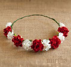 Si te gustan las coronas de flores sencillas y llamativas, nuestro modelo Hera es el indicado para ti. Esta coronita para el pelo combina exuberantes gardenias rojas con rosas blancas