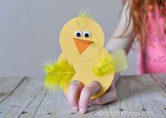 tolle DIY Ideen für Kinder, gelbes Hähnchen aus Papier und Federn basteln