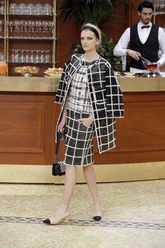 Zu sehen gab es Chanel-Klassiker wie Kastenjacken zu Bleistiftröcken aus Tweed. …