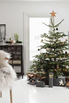 Get into the holiday spirit with these beautiful Scandinavian Christmas inspiration ideas. Merry Little Christmas, Noel Christmas, Winter Christmas, Simple Christmas, Christmas Presents, Minimalist Christmas Tree, Minimal Christmas, Nordic Christmas, Ikea Christmas Tree