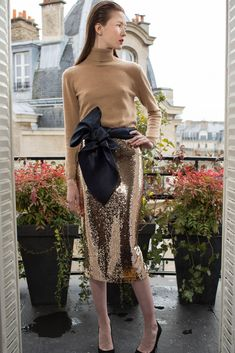 See all the looks of the collection. Autumn Summer, Fall Winter, Lace Skirt, Sequin Skirt, Golden Glitter, Fall 2018, Decoration, Fashion News, Ready To Wear