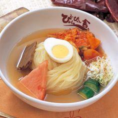 ぴょんぴょん舎の盛岡冷麺は、コシの強い麺と旨みたっぷりのスープが特徴的。ヘルシーでさっぱりいただける中にピリリと感じる特製キムチ。こだわりがたくさん詰まった冷麺、最後の一滴までお楽しみいただけます。