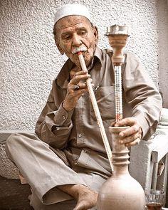 www.thehookahbitch.com Табак для кальяна бывает трех видов: tumbak tobamel или mu essel (араб.) и jurak. Tumbak представляет собой обычный табак содержащий большое количество никотина который предварительно смачивается водой отжимается и только после этого укладывается в чашу кальяна. Эта разновидность табака наиболее популярна в Иране. Самый распространенный и любимый большинством приверженцев кальяна mu essel содержит до 70% меда патоки различных фруктовых эссенций и глицерина в качестве…