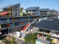Un paseo por el barrio sostenible de Sonnenschiff  En la ciudad de Friburgo (Alemania) se encuentra el barrio Sonnenschiff que ha sido diseñado con criterios muy estrictos de construcción sostenible y baja huella de carbono.